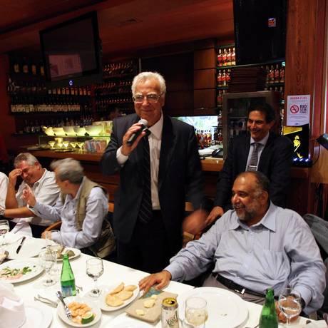 O deputado Miro Teixeira com o jornalista Jorge Bastos Moreno Foto: Gabriel de Paiva / Agência O Globo / 15-12-2010