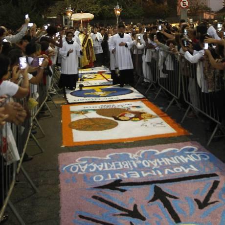 Passagem sobre o tapete de sal, referência à entrada de Jesus em Jerusalém Foto: Urbano Erbiste - 26/05/2016 / Agência O Globo