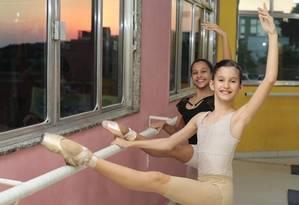 Isabelle Werberg (à frente) , de 11 anos,e Isabella Gouveia, de 12, estão empolgadas com a bolsa que ganharam para estudar numa companhia nos Estados Unidos Foto: Thiago Freitas / Agência O Globo