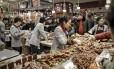 Chineses compram carne em Xangai