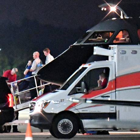 Otto Warmbier é transportado para ambulância após desembarque em Cincinnati Foto: BRYAN WOOLSTON / REUTERS