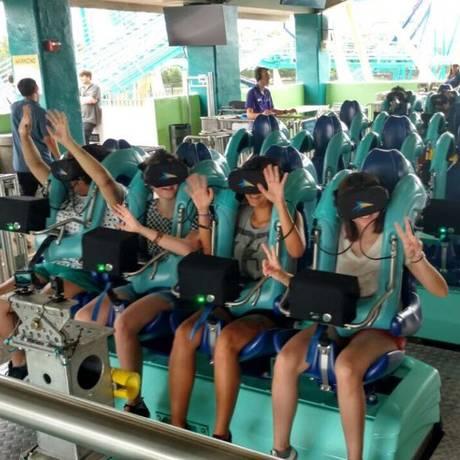 Visitantes experimentam os óculos de realidade virtual na renovada montanha-russa Kraken, do SeaWorld Orlando, na Flórida Foto: Divulgação