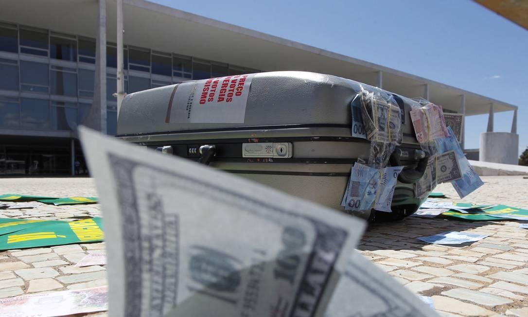Mala com dinheiro falso em frente ao Palácio do Planalto durante protesto em Brasília: impunidade estimula corrupção Foto: Givaldo Barbosa
