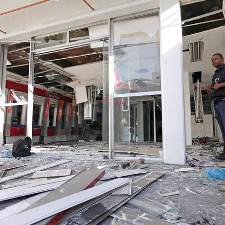 Bandidos explodem agência bancária no Jacaré Foto: Márcio Alves / Agência O Globo