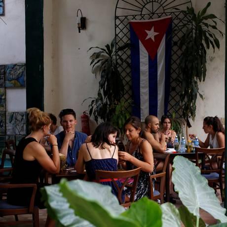 Turistas se sentam em um restaurante em Havana, em Cuba Foto: STRINGER / REUTERS