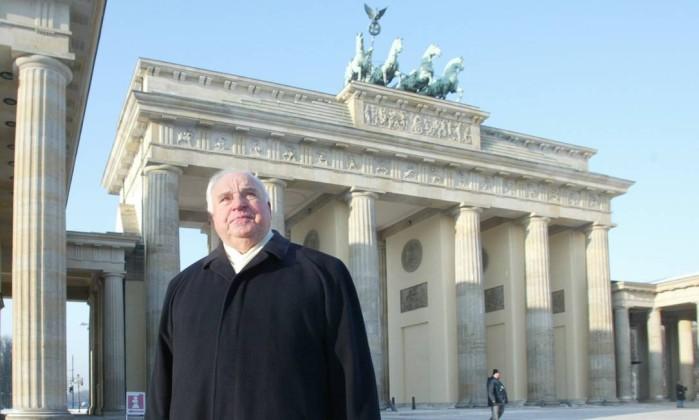 Resultado de imagem para helmut kohl 1990 berlin