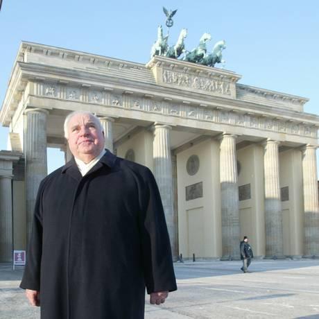 O ex-chanceler alemão, Helmut Kohl, passa em frente ao portão de Brandemburgo, em Berlim Foto: Jand Bauer / AP