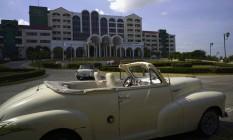 Um carro americano antigo é visto estacionado em frente a um hotel em Havana Foto: Ramon Espinosa / AP