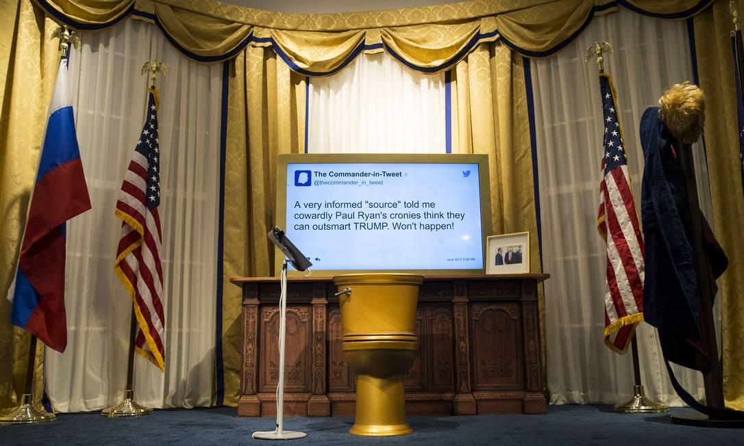 Tem até cópia do Salão Oval, onde o presidente despacha a maior parte do tempo. As categorias de tuítes usados?: 'críticas construtivas', 'deletados mas não esquecidos' e 'sempre os melhores' Drew Angerer / AFP