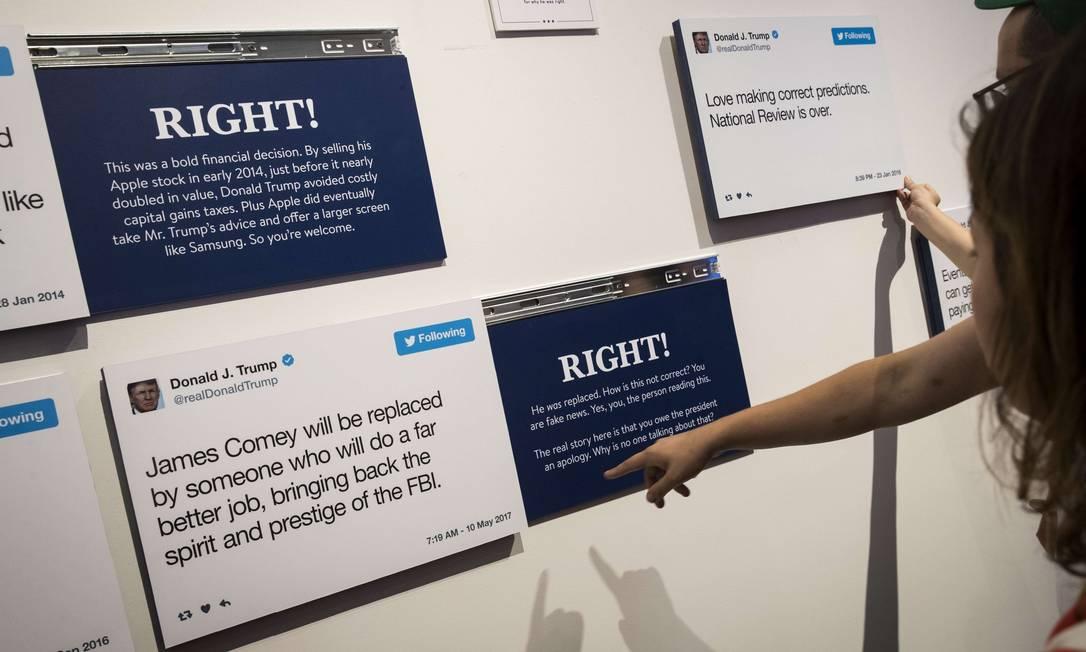 Entre suas principais atrações, estão a exibição de tuítes do presidente atacando rivais como o ex-diretor do FBI James Comey, demitido a mando dele Drew Angerer / AFP
