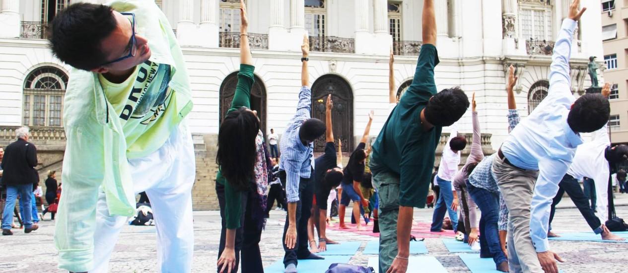 Praticantes participam de evento do Dia Internacional da Ioga de 2016 na Cinelândia, Cemtro do Rio: benefícios para a saúde Foto: Divulgação/Renata Baldi