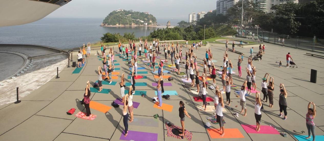 Praticantes se reuniram próximo ao MAC, em Niterói, em evento prévio ao Dia Internacional da Ioga Foto: Divulgação/Pedro Monteiro