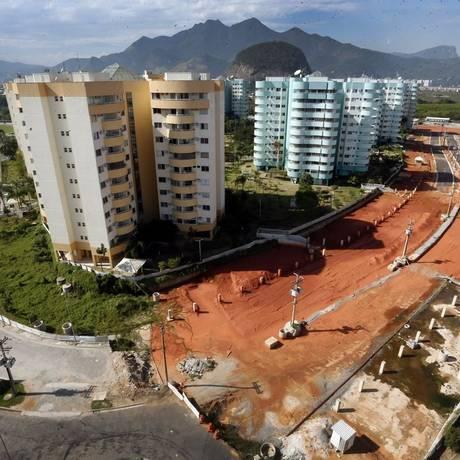 Na Vila do Pan, ruas no entorno de prédios afundaram: obra de recuperação está parada desde 2016 Foto: Antonio Scorza / Agência O Globo