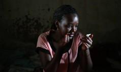 Angel, 22 anos, fruto de estupros consecutivos, nasceu com HIV e enfrentou a rejeição materna. Vende tomates, mas quer cursar Turismo Foto: Whitney Shefte / The Washington Post