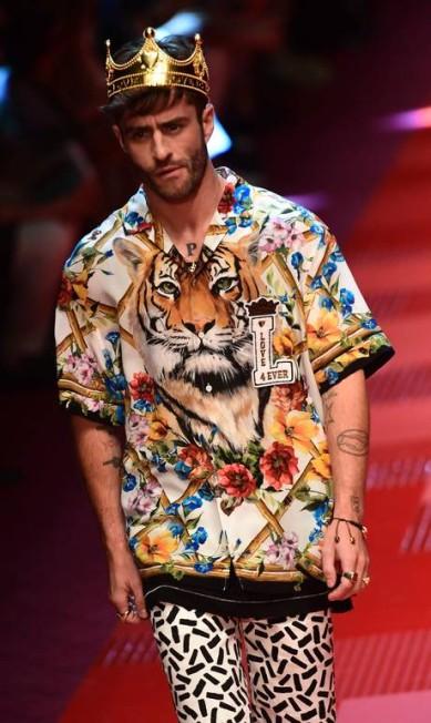 Mix de estampas no verão 2018 da Dolce & Gabbana MIGUEL MEDINA / AFP