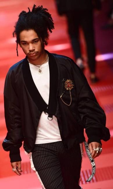 O modelo e stylist Luka Sabbat na passarela de verão 2018 da Dolce & Gabbana MIGUEL MEDINA / AFP