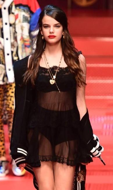 Sonia Ben Ammar na passarela de verão 2018 da Dolce & Gabbana MIGUEL MEDINA / AFP
