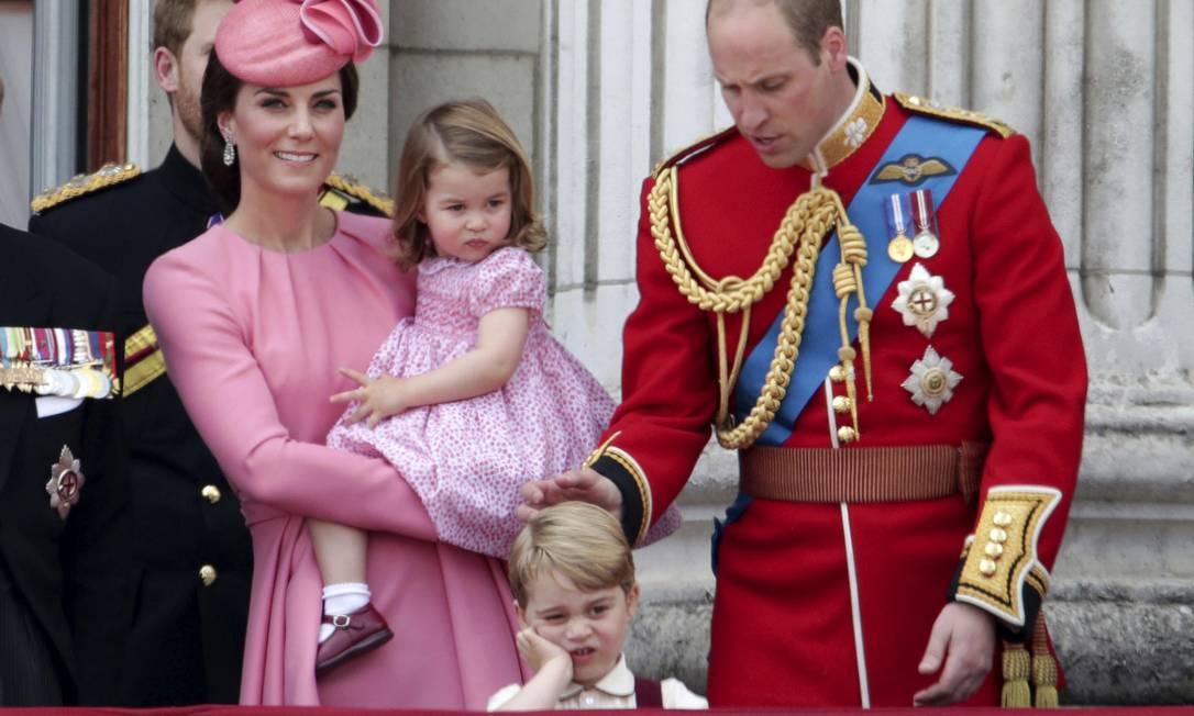 Os príncipes George e Charlotte roubam os flashes na comemoração oficial do aniversário da rainha Elizabeth II Yui Mok / AP