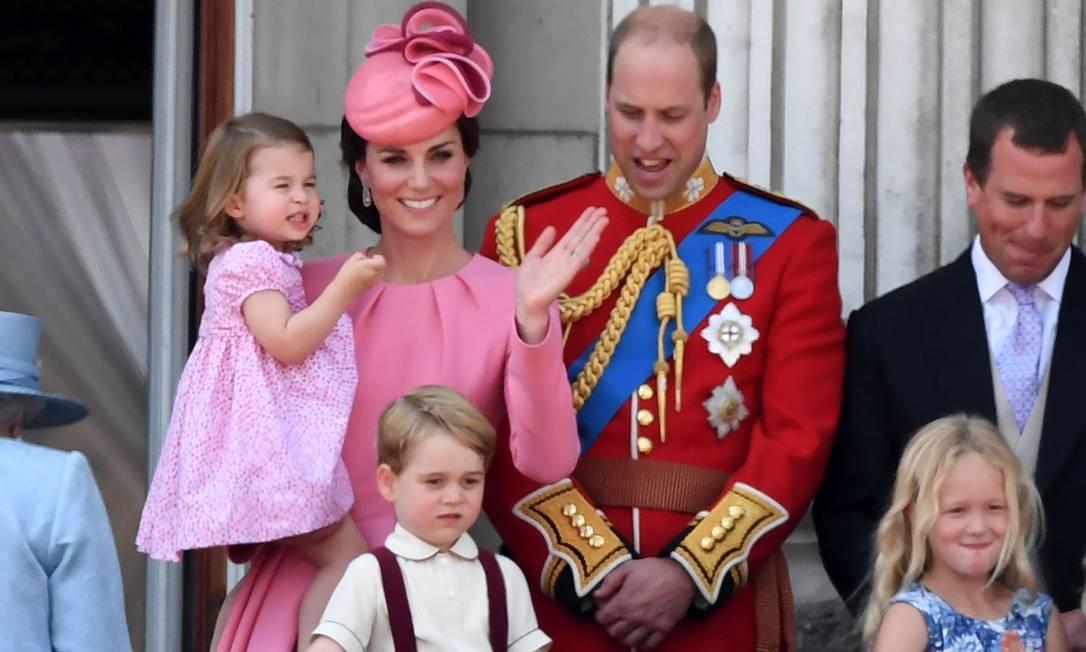 Kate Middleton e o príncipe William com os filhos George e Charlotte (no colo) CHRIS J RATCLIFFE / AFP