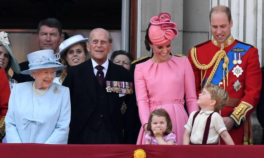 Agora sorridente, mais um clique de George com a família CHRIS J RATCLIFFE / AFP