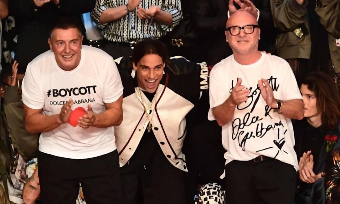 Pablo com os estilista Stefano Gabbana (à esquerda)) e Domenico Dolce, da Dolce & Gabbana MIGUEL MEDINA / AFP