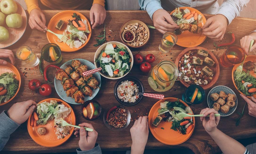 Mais do que a rotina alimentar, o que determina se haverá emagrecimento e melhora na saúde é a escolha dos ingredientes colocados no prato. Vegetais crus e cozidos, legumes e frutas são unanimidade entre os especialistas Foto: / G-Stock Studio/Shutterstock.com