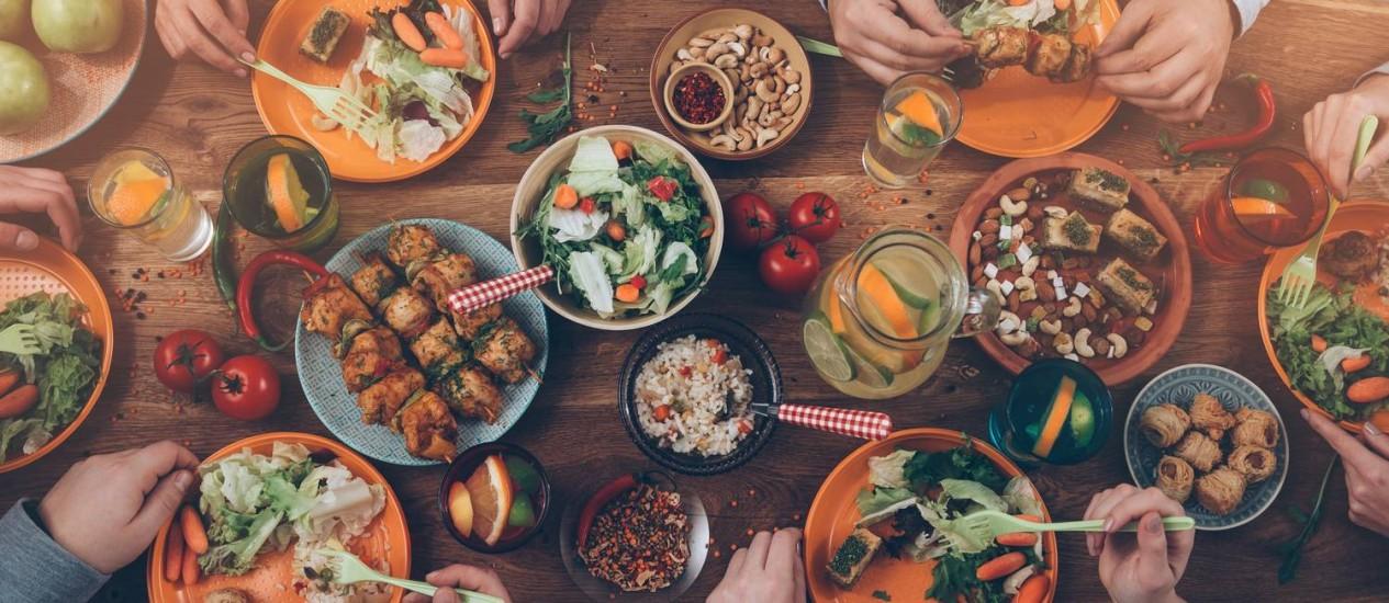 Mais do que a rotina alimentar, o que determina se haverá emagrecimento e melhora na saúde é a escolha dos ingredientes colocados no prato. Vegetais crus e cozidos, legumes e frutas são unanimidade entre os especialistas Foto: G-Stock Studio/Shutterstock.com