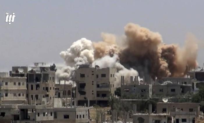 Vídeos mostram bombardeios do governo sírio em Deraa, com apoio russo Foto: Uncredited / AP