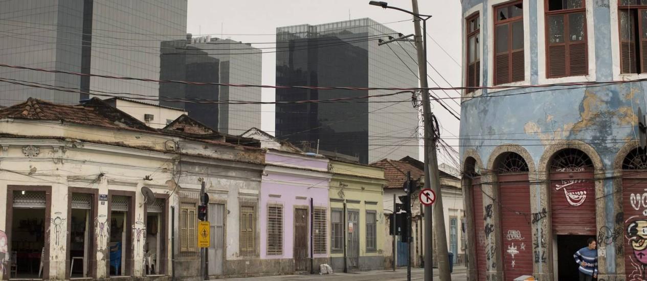 No Santo Cristo, imóveis malconservados têm como vizinhos prédios novos que estão com baixa ocupação Foto: Márcia Foletto / Agência O Globo