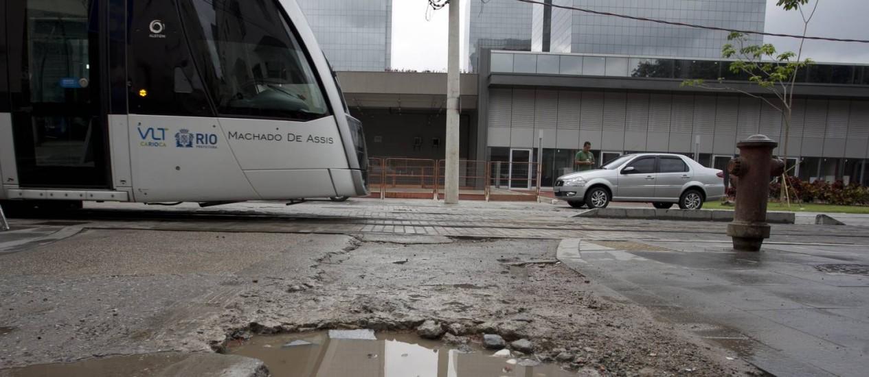 Buracos próximo à linha do VLT na Zona Portuária Foto: Márcia Foletto / Agência O Globo