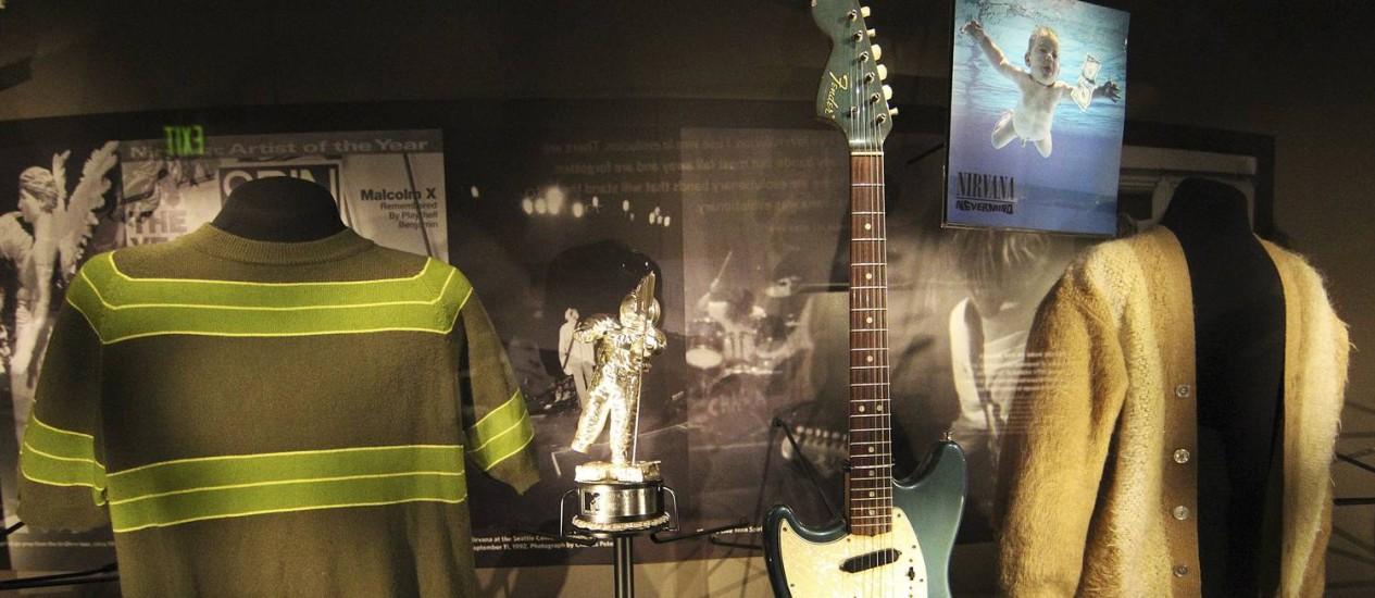 Roupas e instrumentos de Kurt Cobain estão entre os itens da exposição Foto: Anthony Bolante / Agência O Globo