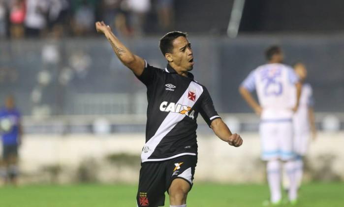 Yago Pikachu comemora o gol da vitória do Vasco sobre o Avaí: placar magro Foto: Guilherme Pinto / Agência O Globo