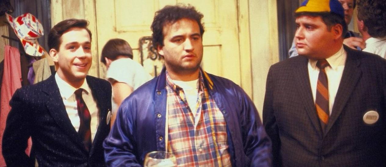"""Stephen Furst (à dir.), ao lado de John Belushi e Tom Hulce (esq.) em """"O Clube dos Cafajestes"""" Foto: Reprodução"""