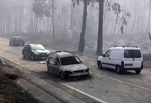 Carro totalmente destruído pelas chamas na estrada entre Figueiró dos Vinhos e Castanheira de Pêra Foto: Armando Franca / AP