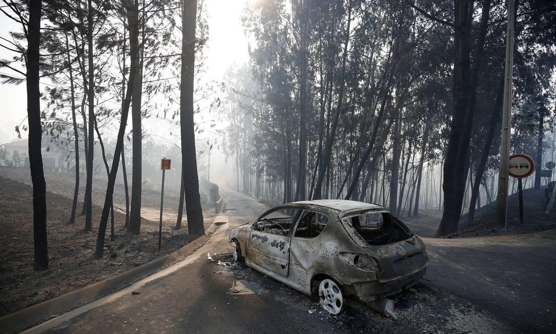 Carro queimado na estrada entre Figueiró dos Vinhos e Castanheira de Pêra Foto: RAFAEL MARCHANTE / REUTERS
