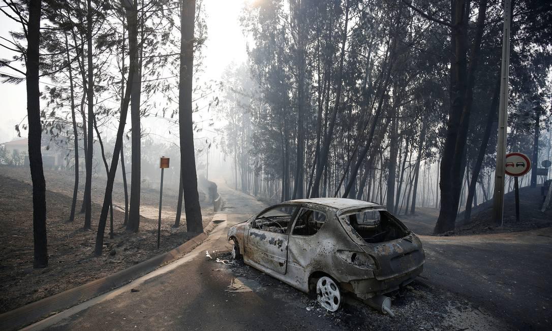 Carro queimado na estrada entre Figueiró dos Vinhos e Castanheira de Pêra RAFAEL MARCHANTE / REUTERS
