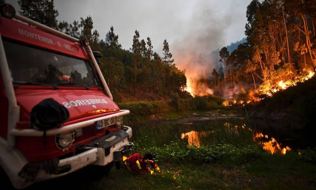 Bombeiros tentam combater as chamas na manhã deste domingo em Penela Foto: PATRICIA DE MELO MOREIRA / AFP