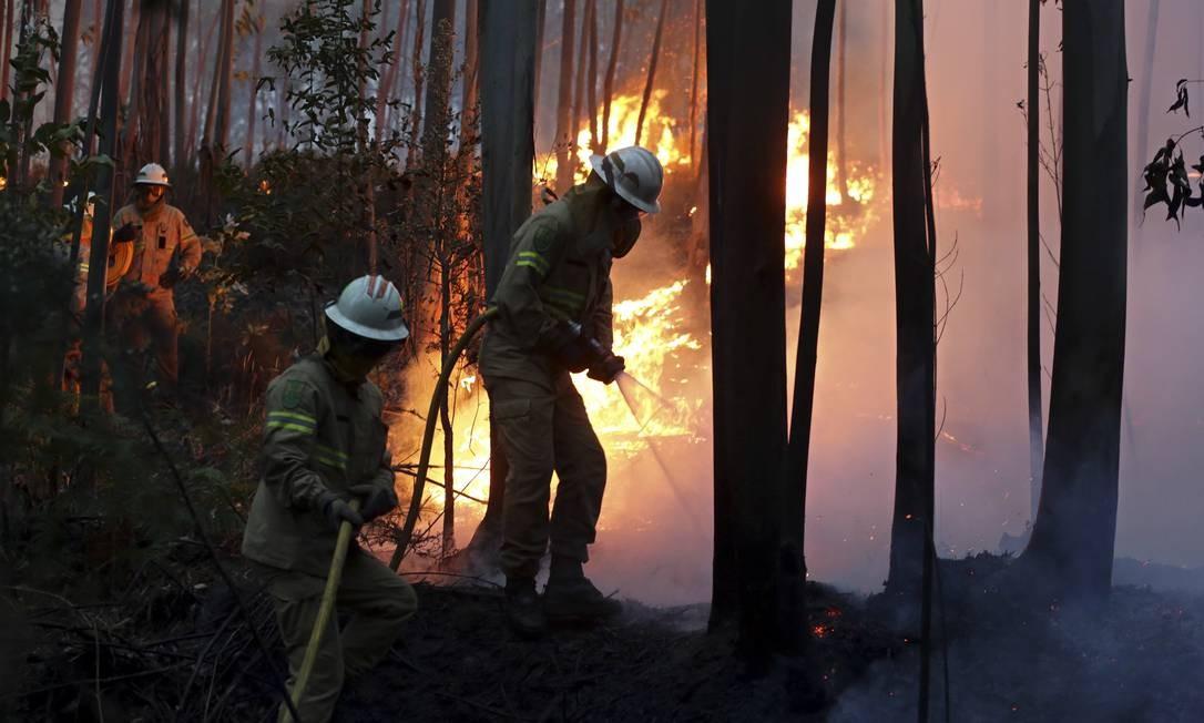 Cerca de 700 bombeiros participam das operações de combate às chamas Armando Franca / AP
