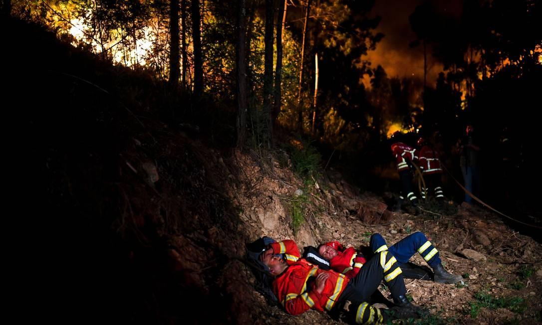 Exaustos, eles descansam na região do incêndio para retornarem ao trabalho de combate ao fogo Foto: PATRICIA DE MELO MOREIRA / AFP