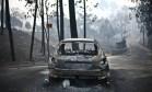 Carro completamente destruído pelas chamas numa estrada em Pedrógão Grande Foto: PATRICIA DE MELO MOREIRA / AFP