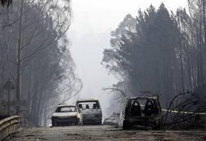 Motoristas foram surpreendidos pelas chamas numa estrada na região central de Portugal Foto: Armando Franca / AP