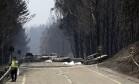 Veículos foram consumidos pelas chamas na estrada entre Castanheira de Pêra e Figueiró dos Vinhos Foto: Armando Franca / AP