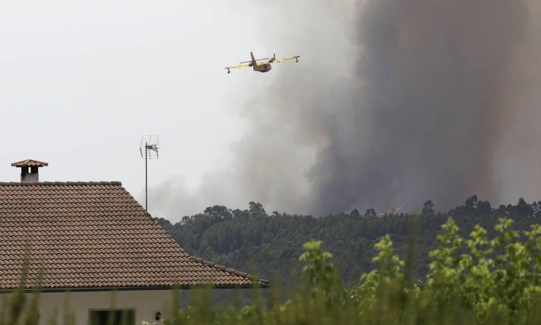 Avião dos bombeiros é usado no combate às chamas em Pedrógão Grande Armando Franca / AP