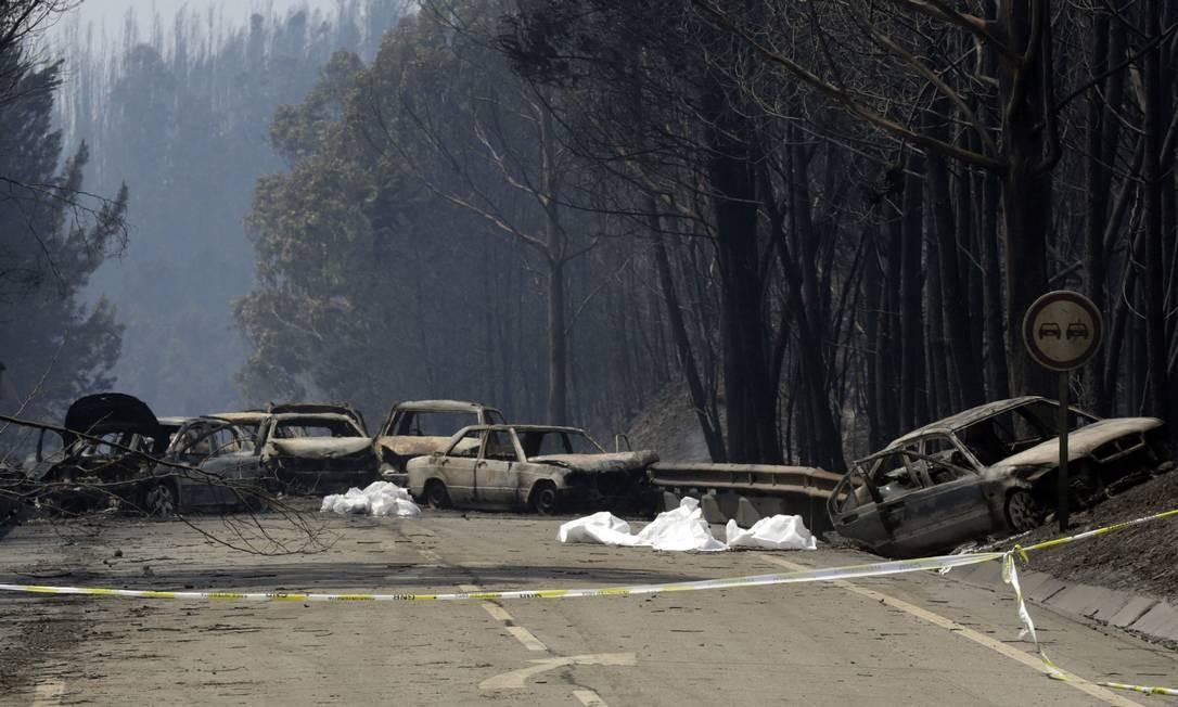 Carros queimados bloqueiam a estrada entre Castanheira de Pêra e Figueiró dos Vinhos Foto: Armando Franca / AP