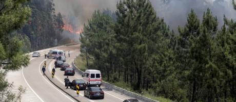 Estradas foram bloqueadas na região de Pedrógão Grande Foto: MIGUEL VIDAL / REUTERS