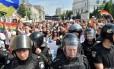 Um cordão policial fez a segurança dos ativistas que participaram da parada gay deste ano em Kiev