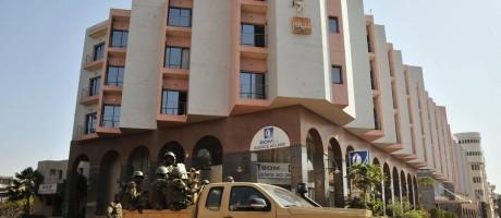 Tropas do governo de Mali patrulham um hotel na capital após um dos recentes ataques jihadistas no país Foto: HABIBOU KOUYATE / AFP
