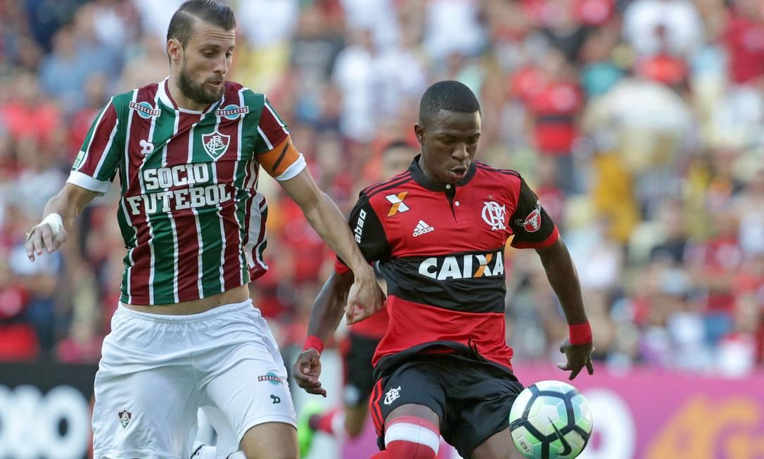 Henrique na marcação de Vinicius Júnior Márcio Alves / Agência O Globo