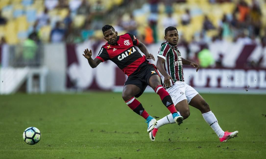 O volante Wendel, autor do gol do Fluminense, e Rodinei, lateral do Flamengo Guito Moreto / Agência O Globo