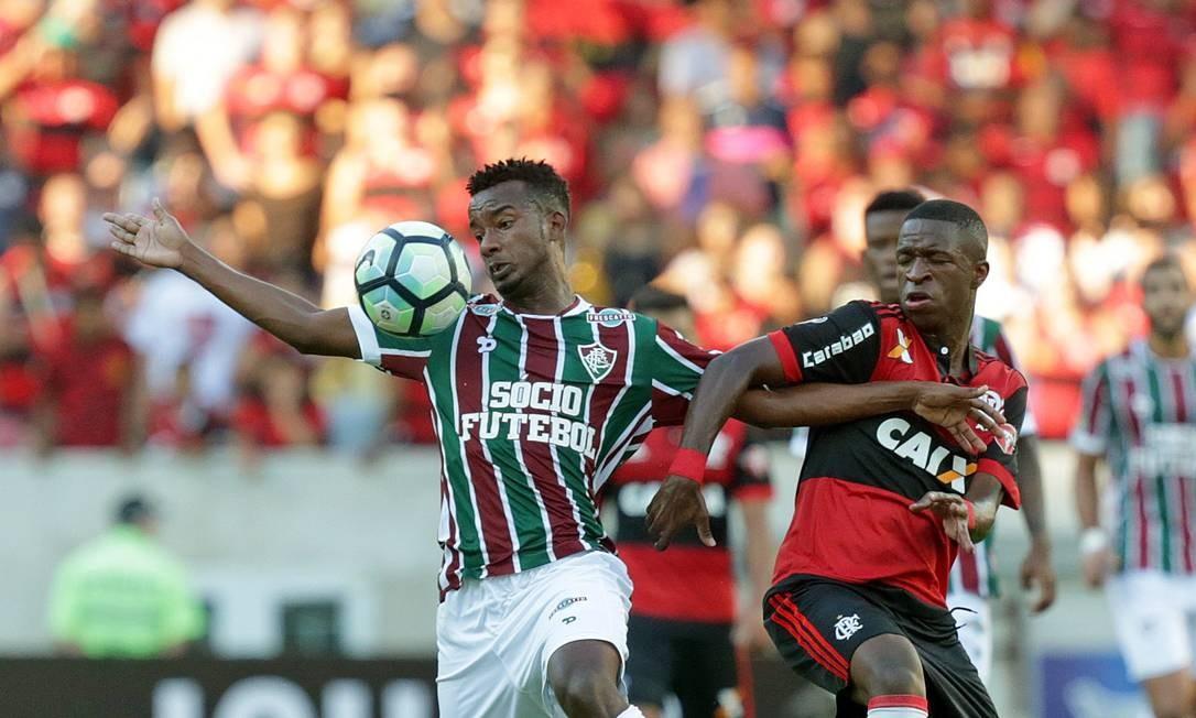 O volante tricolor Orejuela faz dura marcação sobre Vinícius Júnior, do Flamengo Márcio Alves / Agência O Globo